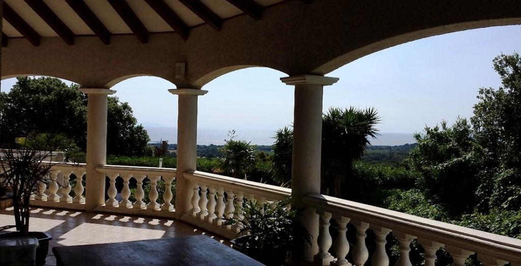 Vue mer moriani plage folelli piscine bastia prestation villa for Villa avec terrasse couverte